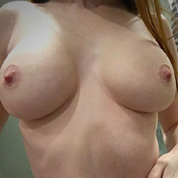 Sexy redhead likes to strip down - Nude Girls, Big Tits, Amateur